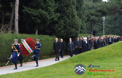 Azərbaycan Prezidenti İlham Əliyev ümummilli lider Heydər Əliyevin məzarını ...