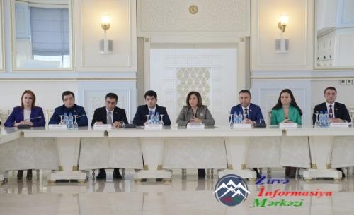 Milli Məclisdə Yeni Azərbaycan Partiyası Gənclər Birliyinin üzvləri ilə gör ...