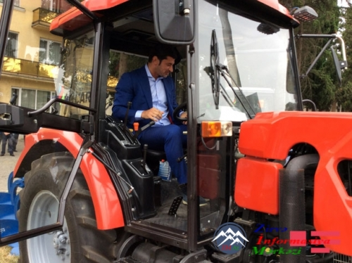 Azərbaycan prezidenti İlham Əliyev Gürcüstandakı soydaşlarımıza 8 traktor h ...