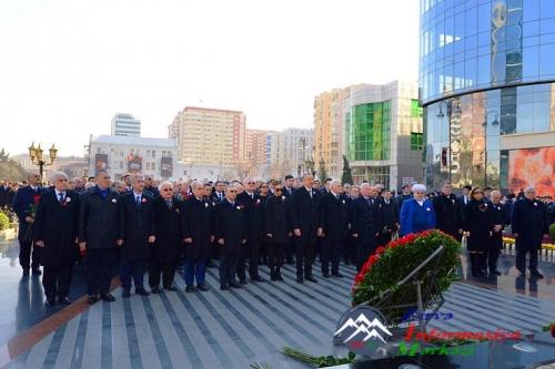 İlham Əliyev Xocalı soyqırımının 25-ci ildönümü ilə əlaqədar Bakıda keçirilən ümumxalq yürüşdə iştirak edib
