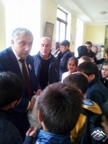 DARVAZ İCTİMAİ MƏKTƏBİNDƏ PROFESSOR MƏDƏD ÇOBANOVLA GÖRÜŞ KEÇİRİLİB
