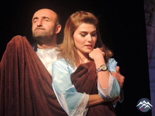 """Tiflisdə İtalyan yazıçılarının əsəri əsasında """"Azad ailə"""" tamaşası oynanılıb"""