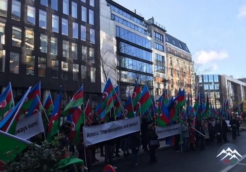 Azerbaycanlilar Brusselde etiraz aksiyasi kecirib