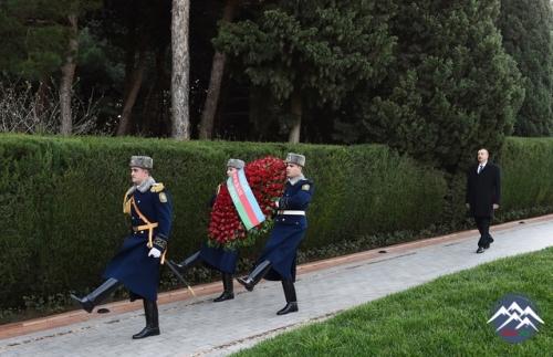 İlham Əliyev ümummilli lider Heydər Əliyevin məzarını ziyarət edib