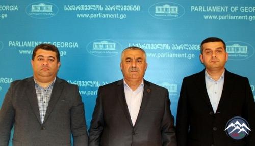 Gürcüstanın hakim partiyasından olan deputatlar Axalkalakidə erməni terrorçuya abidə qoyulmasına etiraz edirlər