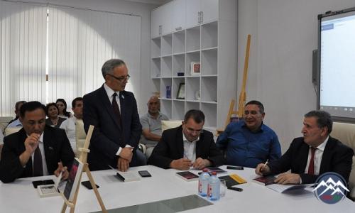 """Ədəbiyyat İnstitutunda Yunus Oğuzun """"Səfəvi Şeyxi"""" tarixi romanının təqdimatı  olub"""
