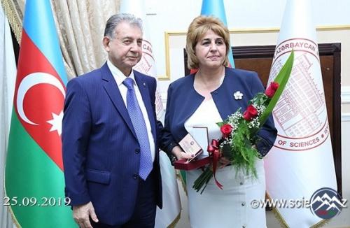 Akademik İradə Hüseynovaya yubiley medalı təqdim olunub